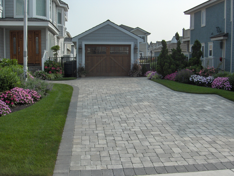 driveway-pavers-ep-henry-coventry-stone-1-pewter-blend-in-a-random-pattern-with-a-charcoal-border